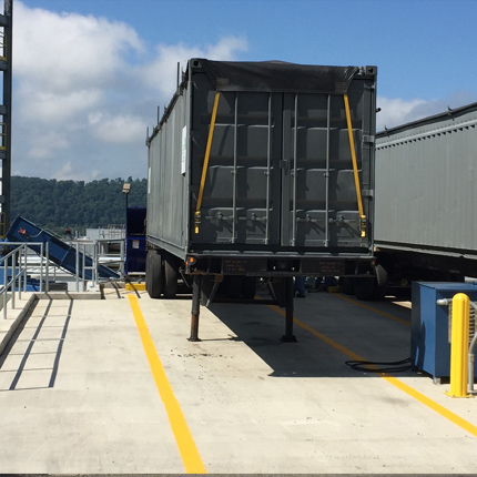 walking floor trailer for metering and transferring bulk biomass - wood chips - to a gasification tower.