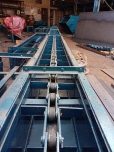 """Modern"" drag chain conveyor with paddles."
